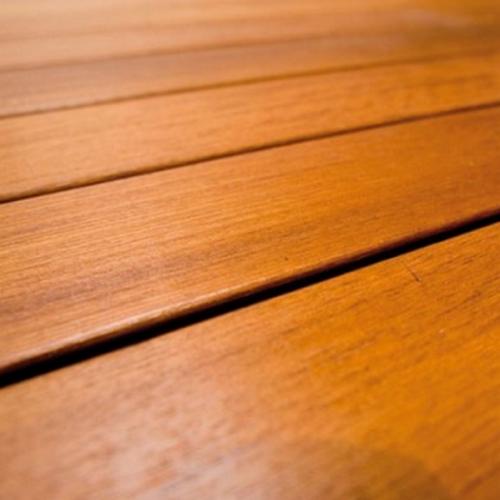 La cire, une finition nourricière du bois