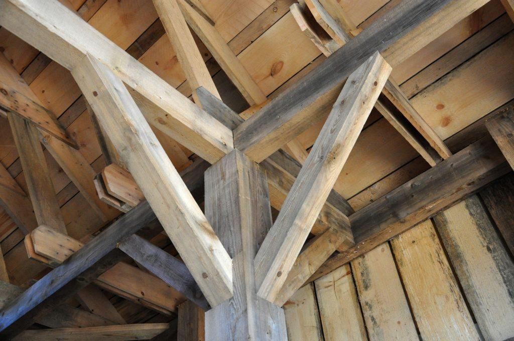 Le charpentier : les métiers du bois. - charpente